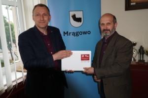 Mrągowo_Przekazanie komputerów odbyło się w Urzędzie Miejskim. na zdjęciu burmistrz Stanisław Bułajewski i dyrektor SP Nr 1 Dariusz Żyłowski.