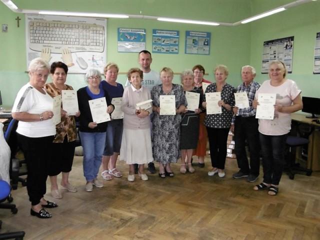 kurs komputerowy dla seniorów ze Stowarzyszenia Seniorów Relaks z Belska Dużego.